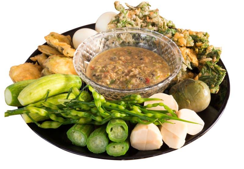 Inmersión picante fermentada de los pescados con los huevos y las verduras hervidos imagen de archivo