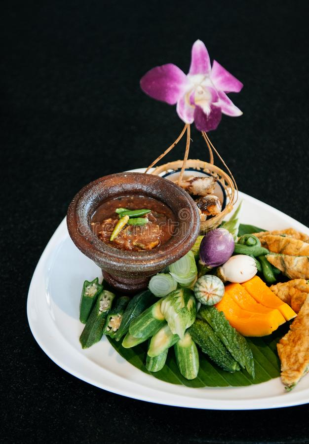 Inmersión picante tailandesa del chile de la goma del camarón con las verduras y el huevo frito imagen de archivo