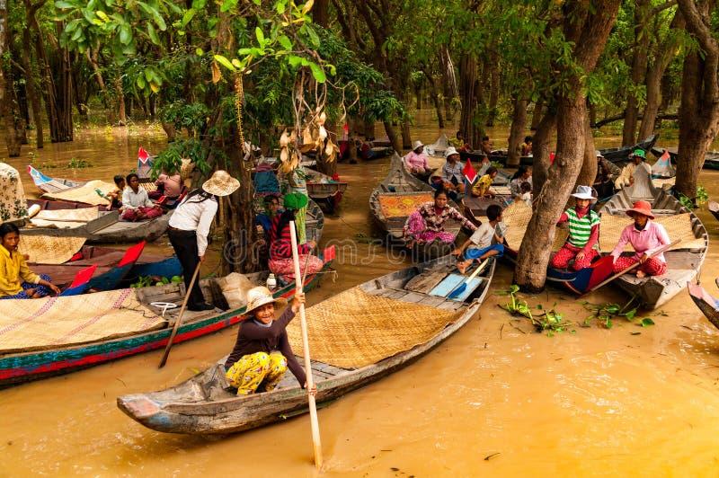 Inmigrantes en pateras camboyanos en los bosques de la laguna cerca del lago sap de Tonle fotografía de archivo
