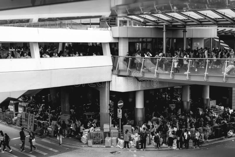 Inmigrantes ilegales sin hogar pobres que duermen debajo del puente del skywalk en Hong Kong China foto de archivo libre de regalías