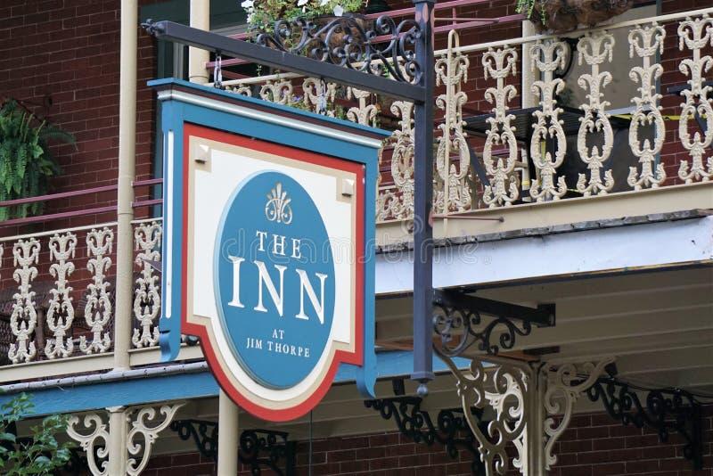 The Inn at Jim Thorpe Sign, Pennsylvania, augusti 2019 arkivbild