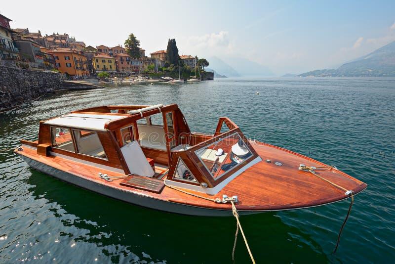 Innaffi il tassì, Varenna, il lago Como, Italia immagini stock