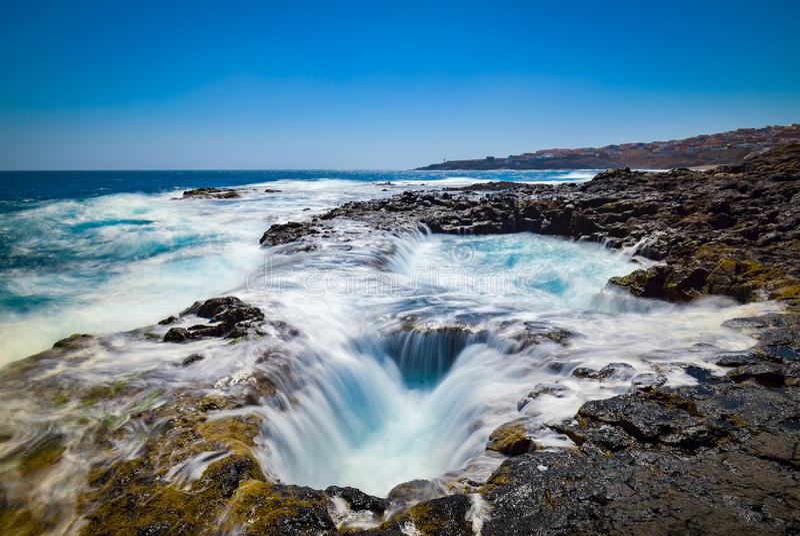 Innaffi il vortice, Bufadero de la Garita, Telde, Gran Canaria, Spagna immagini stock