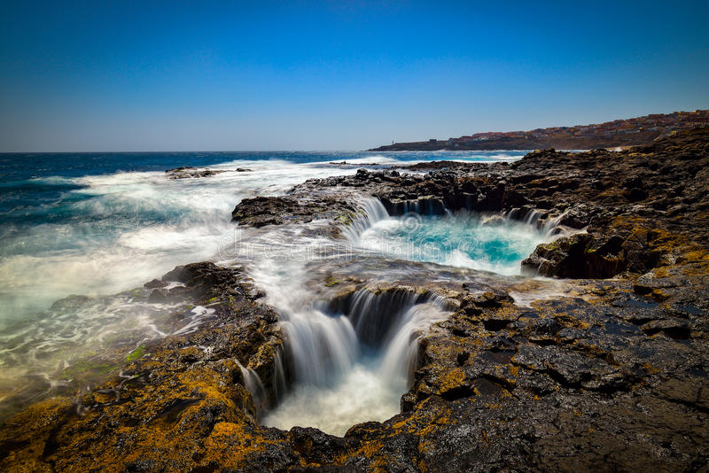 Innaffi il vortice, Bufadero de la Garita, Telde, Gran Canaria, Spagna fotografie stock