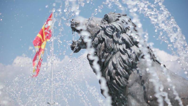 Innaffi la manifestazione e le statue del leone sotto il monumento di Alessandro Magno con la bandiera macedone Skopje - in Maced video d archivio