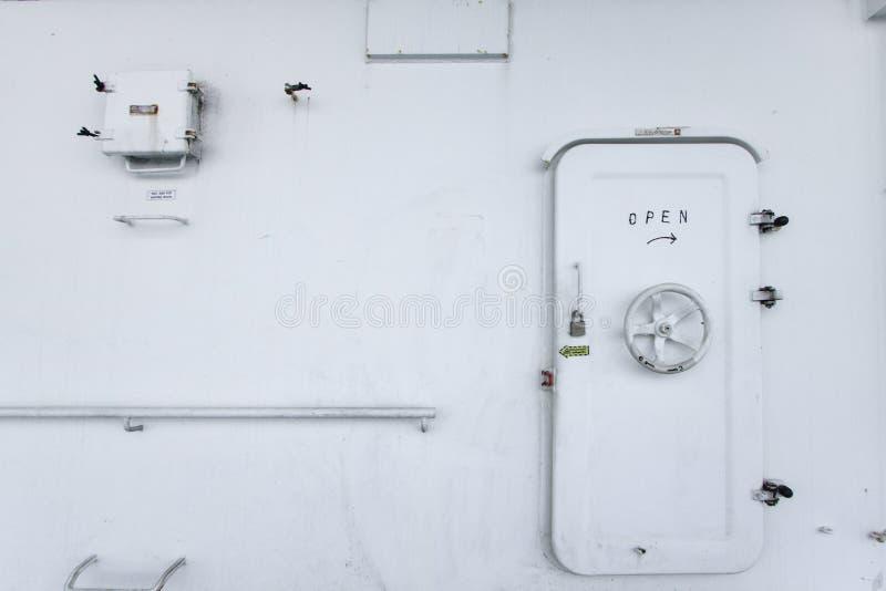 Innaffi la porta stretta su una nave, su una porta di uscita o su una porta di sicurezza fotografia stock libera da diritti
