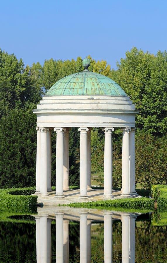 Innaffi la riflessione di un tempio antico con la cupola immagine stock libera da diritti
