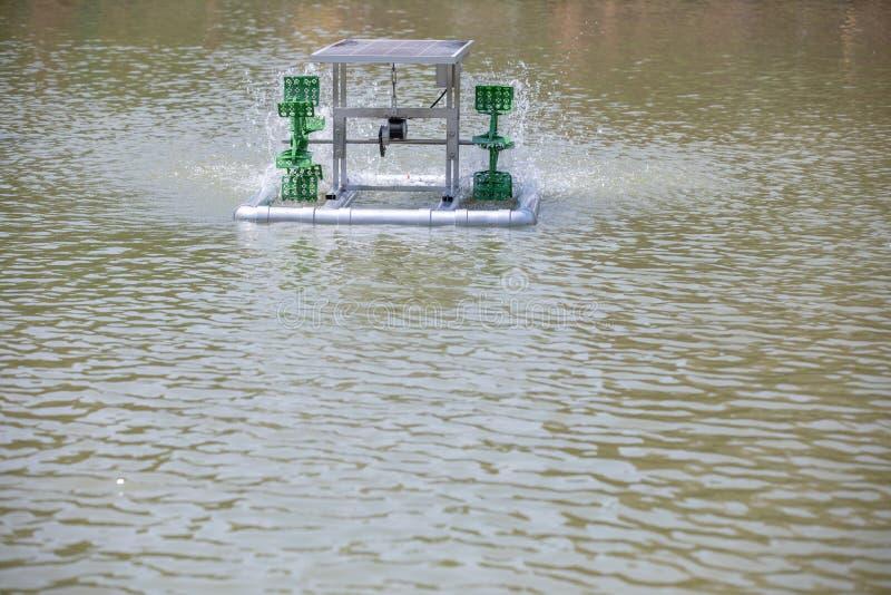 Innaffi la turbina idraulica per il trattamento delle acque e la circolazione di ossigeno fotografie stock libere da diritti