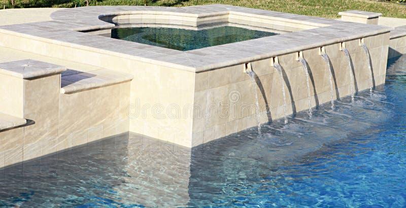 Innaffi straripare la stazione termale nella piscina di lusso fotografie stock libere da diritti