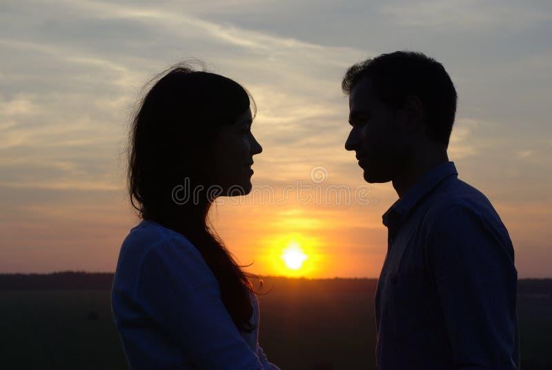 Innamorati della siluetta al tramonto fotografia stock