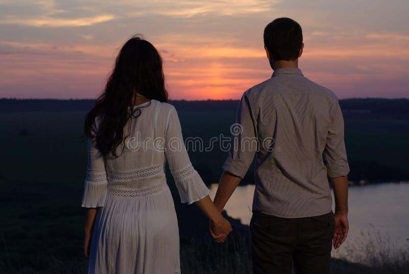 Innamorato delle coppie al tramonto fotografia stock