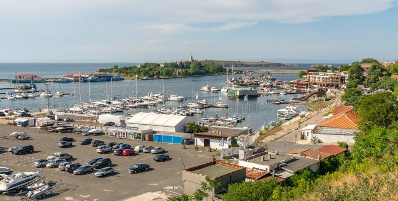 Innan den nya turistsäsongen inleds skall båtshamnen i Sozopol i Bulgarien royaltyfri fotografi