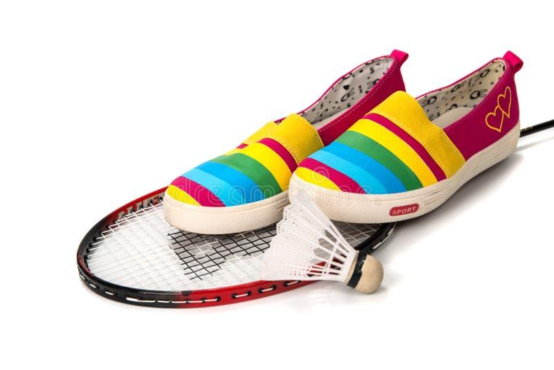 Innegrej ljusa lätta sportskor (gymnastikskor) med en racket fotografering för bildbyråer