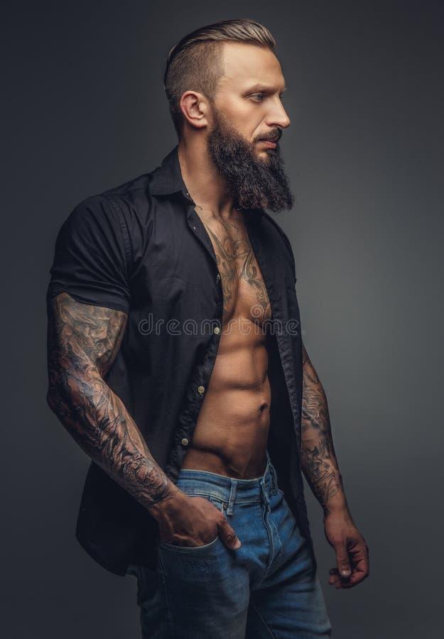 Innegrej tatooed man med skägget royaltyfri fotografi