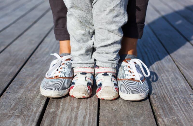 Innehåll lutning- och urklippmaskeringen Förälder och barn tillsammans fotografering för bildbyråer