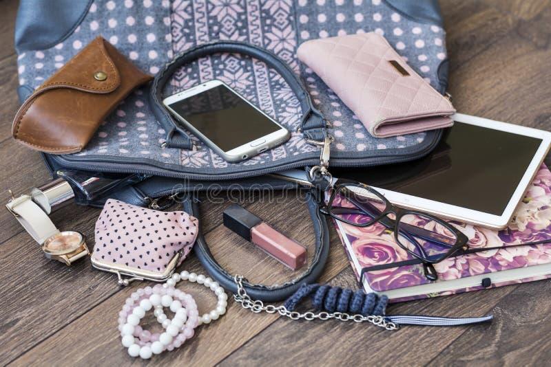 Innehållet av den kvinnliga handväskan royaltyfria bilder
