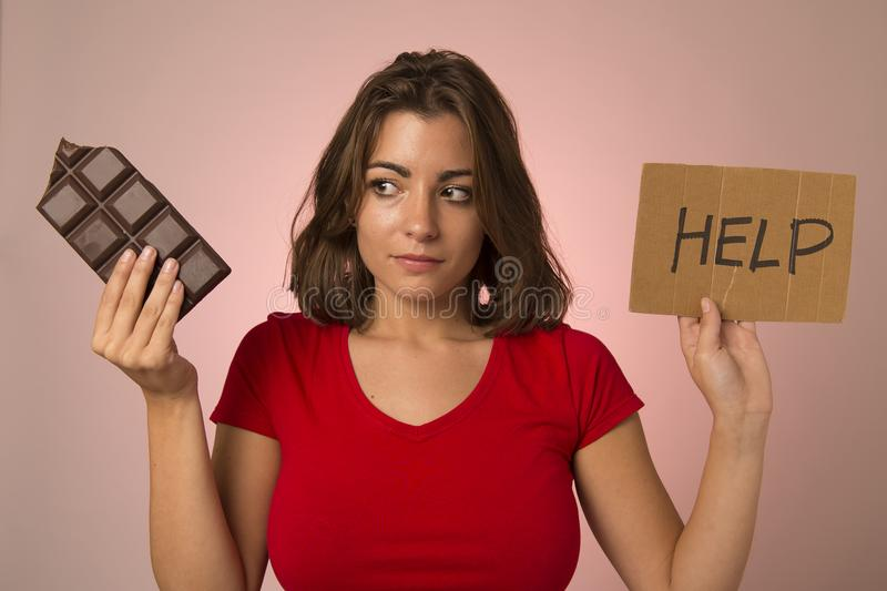Innehav för kvinna för knarkare för ung härlig söt knarkarekvinnaholyoung som härligt sött frågar för resistiding fråga för hjälp arkivfoto