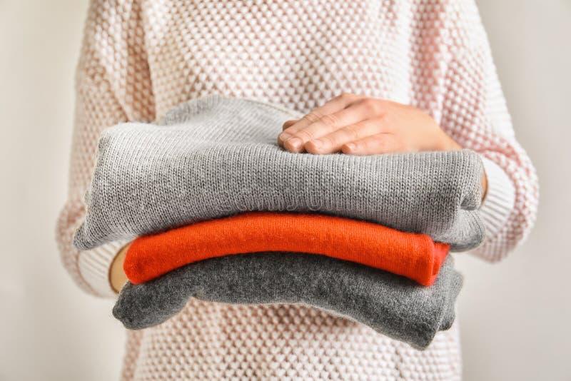 Innehavbunt för ung kvinna av varm stucken kläder arkivbild