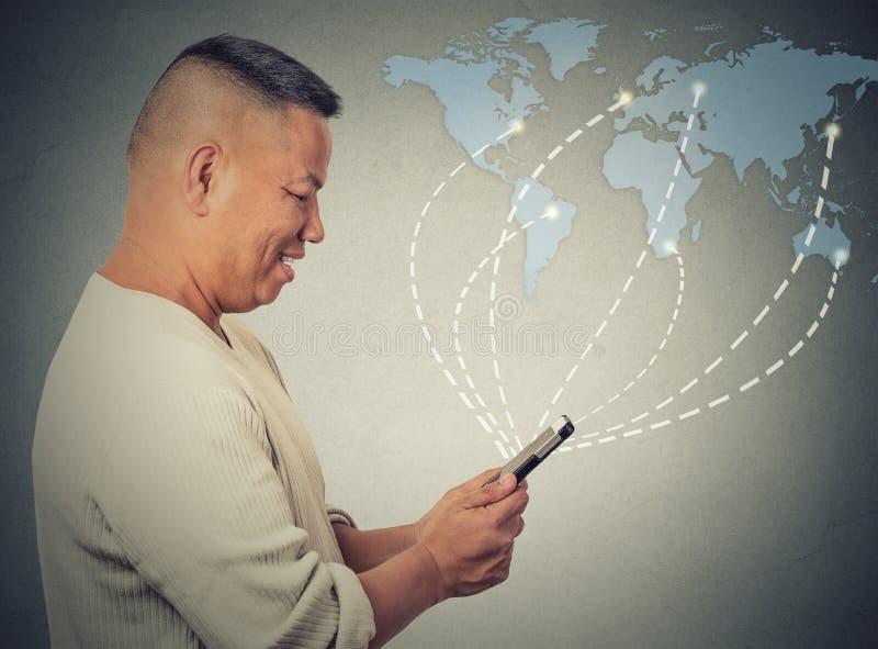 Innehavet för affärsmannen som använder smartphonen, förband att bläddra internet över hela världen arkivfoto