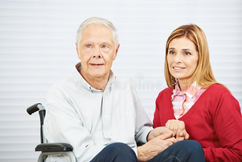 Innehavhänder för hög man och dotter royaltyfri fotografi