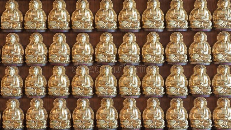 Innen-Buddha-Reihe bei Wat Borom Raja Kanchanapisek Anusorn lizenzfreie stockfotografie