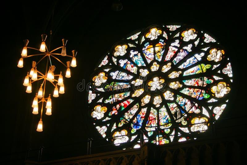 Innen in einer gotischen Kathedrale stockfotografie