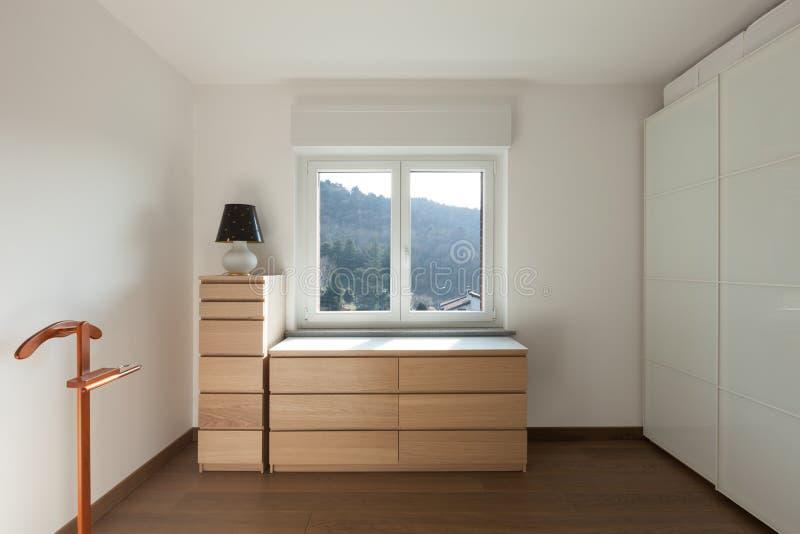Innen-, hölzerner Schrank unter dem Fenster stockfoto