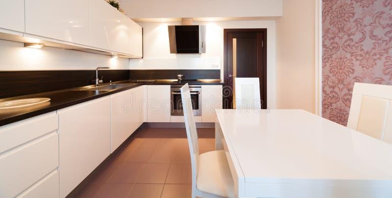 Innen Klassische, Weiße Und Braune Farbe Der Küche Stockfoto - Bild ...