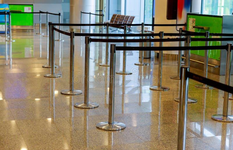 Innen mit leeren Abfertigungslinien auf Flughafen stockfoto
