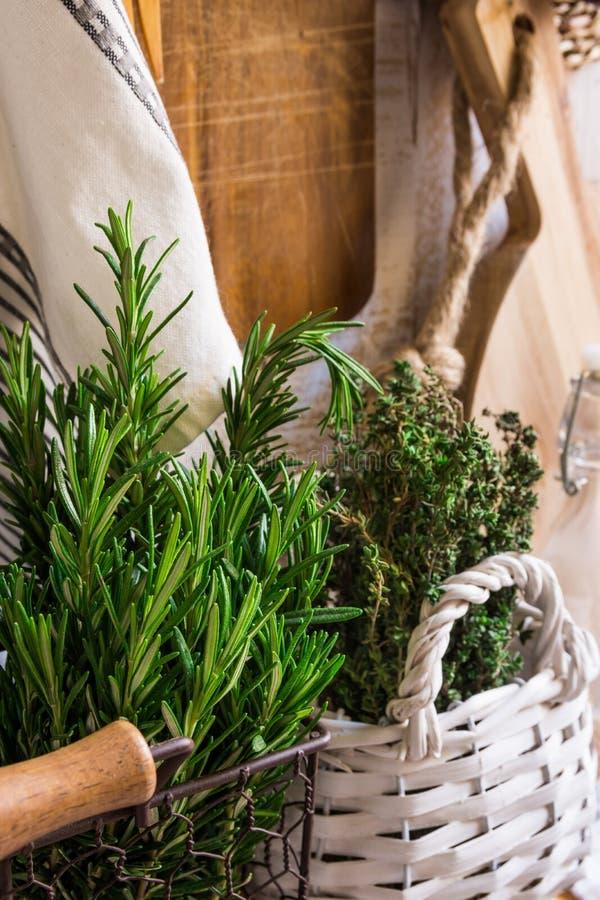 Innen- Provence rustikale, frische Kräuter, hölzernes Schneidebrett, Leinentuch, Glasflaschen, Körbe stockfotos