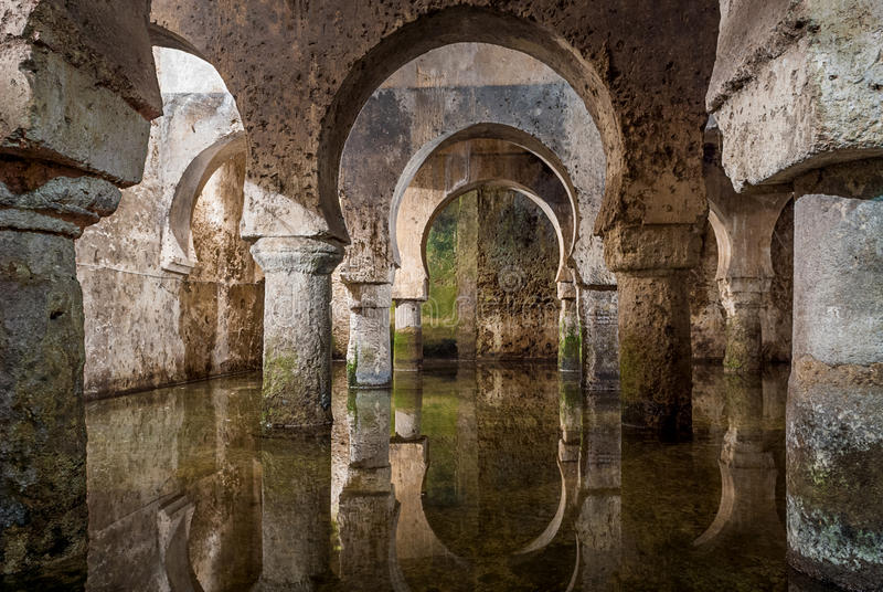 Innenansicht der arabischen Zisterne Caceres Spanien, Reflexionen der Bögen im Wasser lizenzfreie stockfotografie