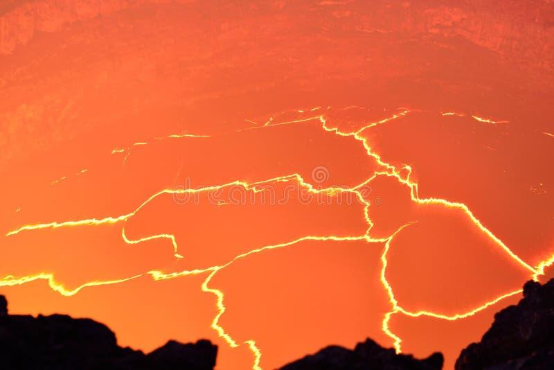 Innenansicht des aktiven Vulkans mit Lavafluss in Volcano National Park, große Insel von Hawaii stockbild