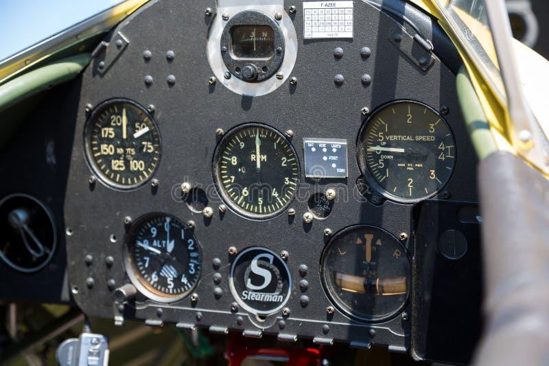 Innenansicht des alten flachen Cockpits stockbilder