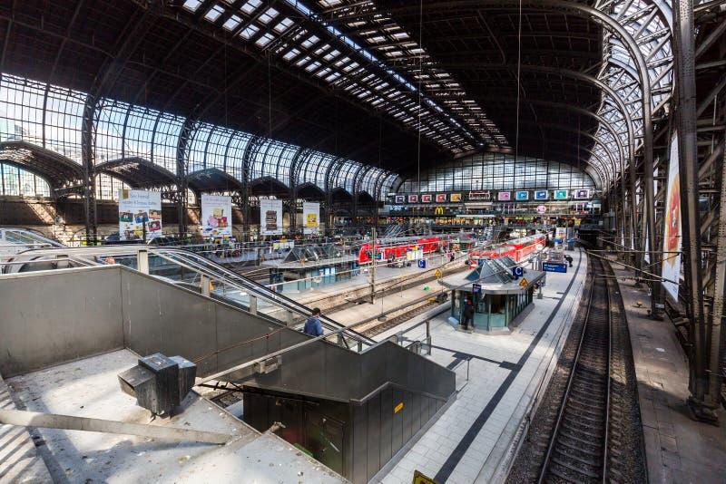 Innenansicht des hauptsächlichbahnhofs Hamburgs stockbild