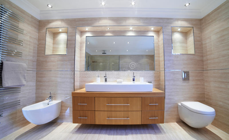 Innenansicht des schönen Luxusbadezimmers stockbilder