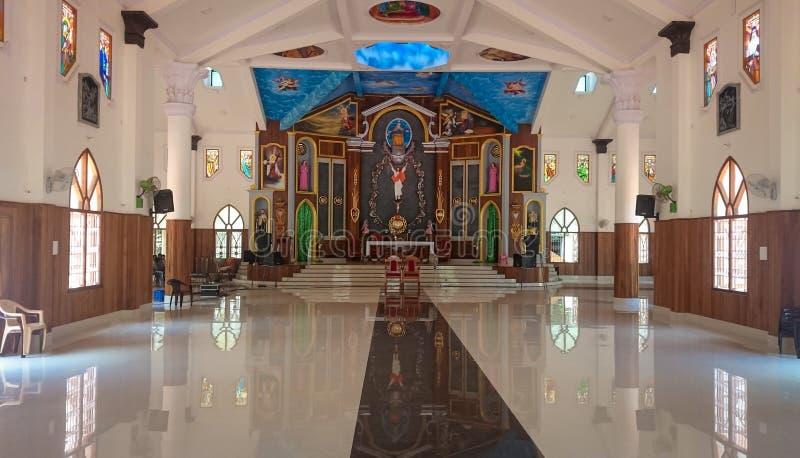 Innenansicht einer lateinischen katholischen Kirche in Indien lizenzfreie stockfotografie