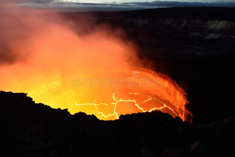 Innenansicht eines aktiven Vulkans mit Lavafluss in Volcano National Park, große Insel von Hawaii lizenzfreie stockbilder