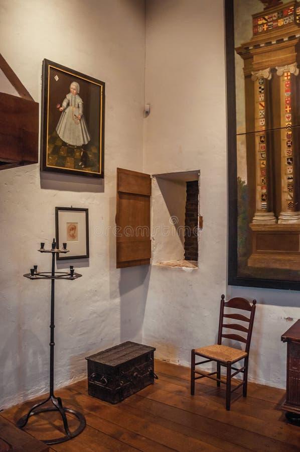 Innenansicht eines Raumes im mittelalterlichen Ammersoyen-Schloss mit Möbeln und alten Bildern lizenzfreie stockbilder