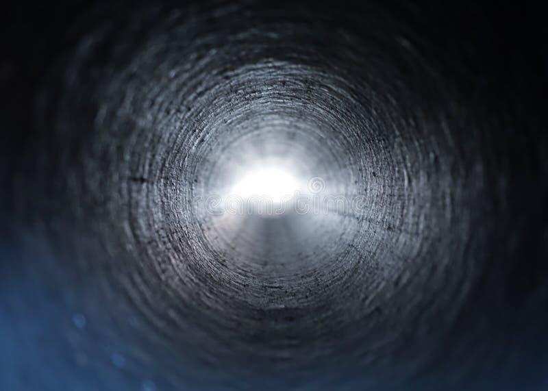 Innenansicht eines runden Kunststoffrohrs Tunnel zum Licht von der Dunkelheit lizenzfreies stockfoto