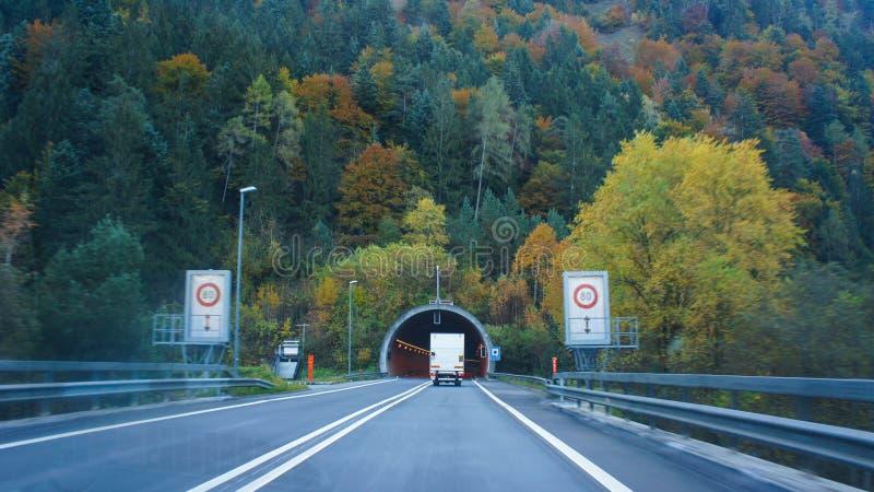 Innenansichtauto und Antriebsauto, das in zum Tunnel geht lizenzfreie stockbilder