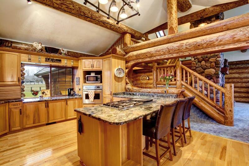 Innenarchitektur der Blockhausküche mit Honigfarbkabinetten lizenzfreies stockfoto