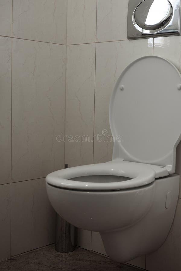 Innenarchitektur der Toilettenraumklempnerarbeitkanalisation lizenzfreie stockbilder