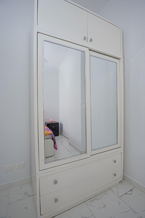 Innenarchitektur des Schlafzimmers im Haus mit Garderobe stockbilder