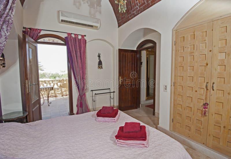 Innenarchitektur des Zweibettzimmers im Haus mit Seeansicht stockbild
