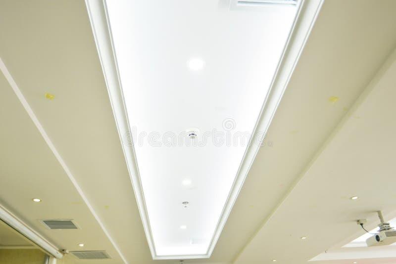 Innenarchitektur, die Dachlinie der einfachen Dekoration und Beleuchtung lizenzfreies stockfoto