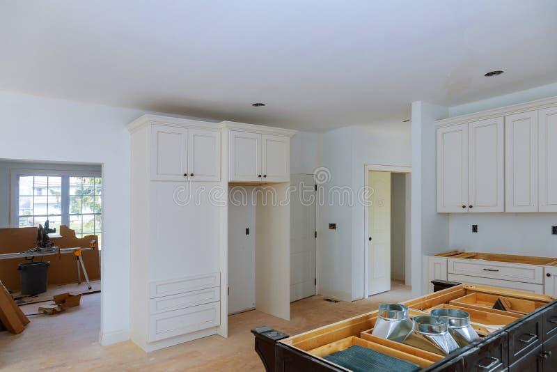 Innenarchitekturbau einer Küche mit in neuem Kabinett des Hauptzusatzes stockbilder
