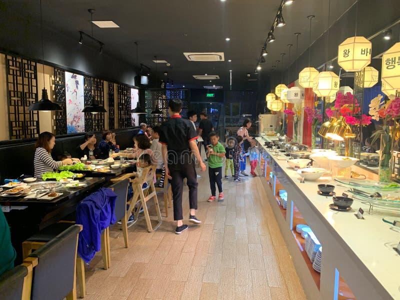 Innenausstattung des Grillrestaurants - Hanoi, Vietnam am 23. März 2019 stockfotos