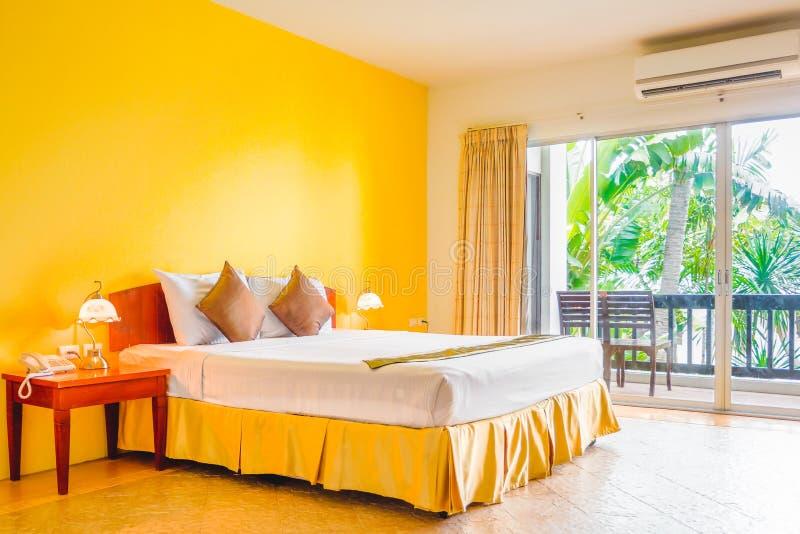 Innenausstattung des romantischen einfachen gelben Schlafzimmers mit Balkon stockbilder