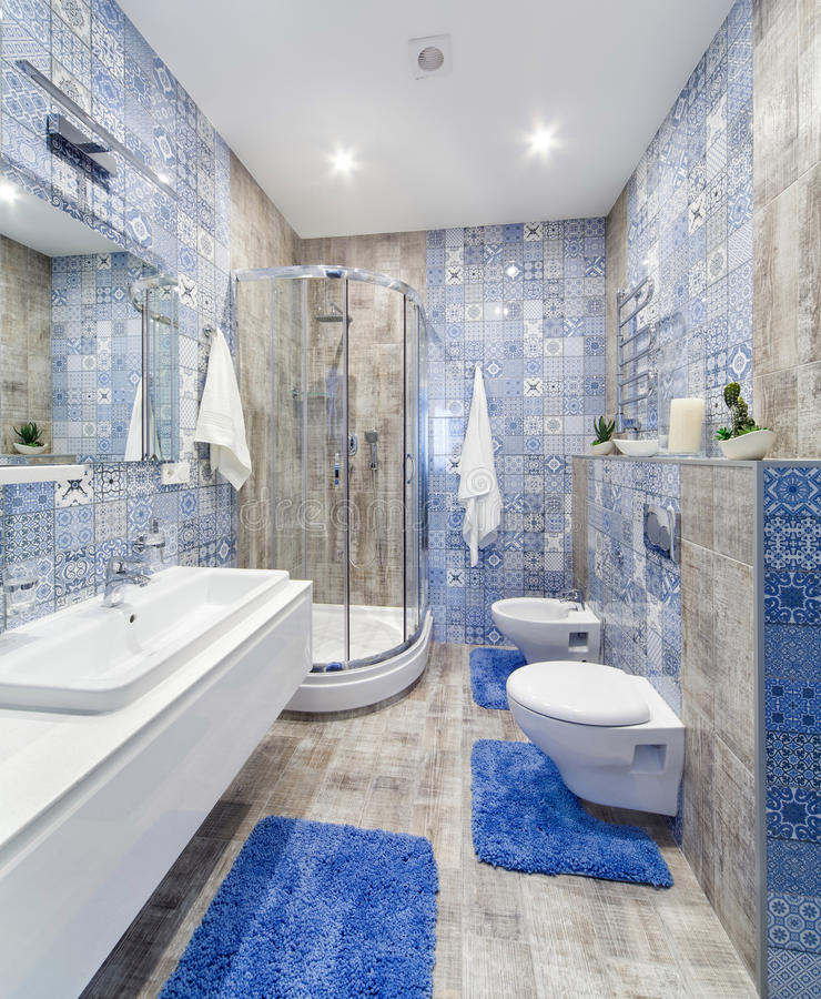Innenbadezimmer mit Fliesen in einer modernen Art stockbilder