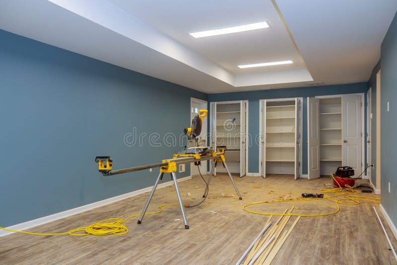 Innenbau des Wohnungsprojekts mit Trockenmauer installierter Tür für ein neues Haus vor der Installierung lizenzfreies stockbild